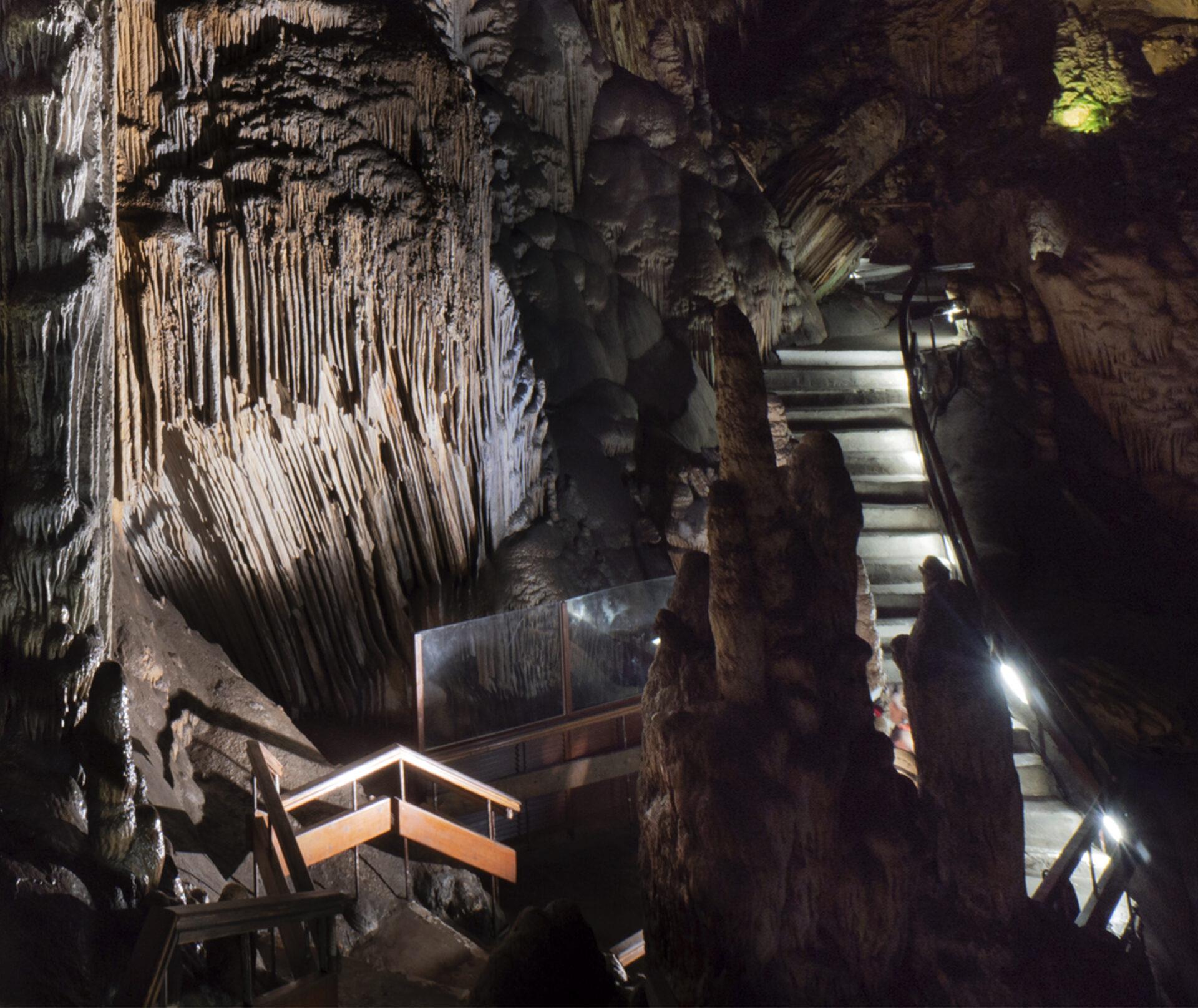 cuantos escalones tiene la cueva de nerja